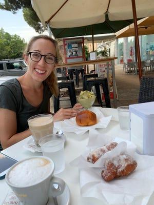 Η Francesca Bruzzese απολαμβάνει ένα σικελικό πρωινό με μπριός που ονομάζεται il tuppo και Granita, ένα παγωμένο κέρασμα.