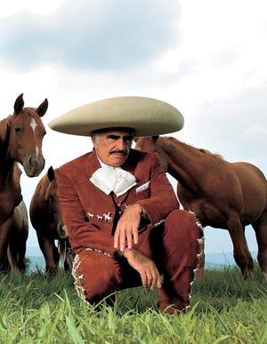 Vicente Fernández sigue luchando por su recuperación.