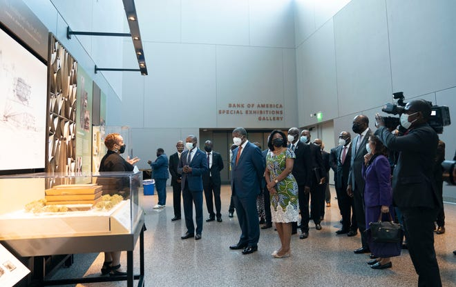 September 20, 2021;  Washington, DC, USA;  Angolan President Joao Loreno and his wife Anna Afanso Dias Loreno visit the Smithsonian National Museum of African American History and Culture with museum curator Mary Elliott in Washington DC on Monday, September 20, 2021 during the president's first visit to the United States.  State while in office.  The United States has focused on annexation to Angola as part of the transcontinental slave trade.  Compulsory Credit: Gerard Henderson-USA Today ORG XMIT: USAT-461965 (via AllDrop)