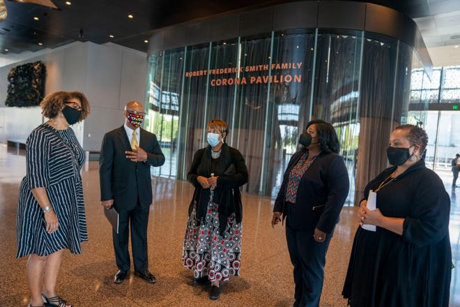 """September 20, 2021;  Washington, DC, USA;  Carolita Jones Cope, Vincent Tucker and Wanda Tucker, waiting for Angola President Joao Lorenzo before visiting the Smithsonian Museum of African-American History in Washington DC on Monday, September 20, 2021, during the president's first U.S. visit.  In the office. """" As Africans and Africans in exile, we have seen all the sufferings our forefathers suffered during their slavery, and it was very touching and deeply emotional.  So the idea is that we can build a closer connection between African countries and African expatriates, part of which is located here in the United States,"""" Said President Lorenio.  Compulsory Credit: Gerard Henderson-USA Today ORG XMIT: USAT-461965 (via AllDrop)"""