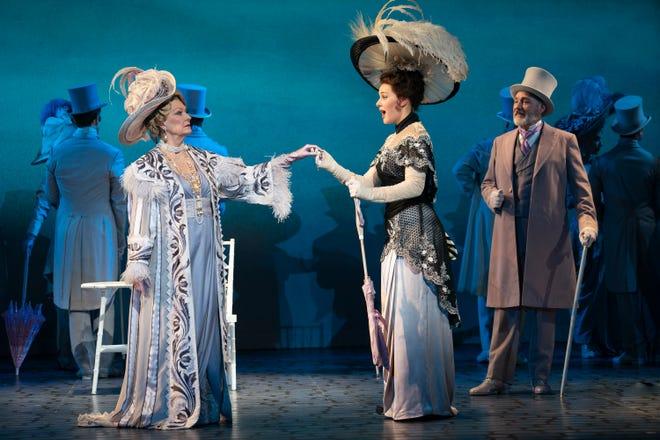 """Leslie Alexander como la Sra. Higgins, Shireen Ahmed como Eliza Doolittle y Kevin Pariso como el Coronel Pickering en el Lincoln Center Theatre National Tour de la producción de Lerner y Louise. """"Mi Bella Dama."""""""