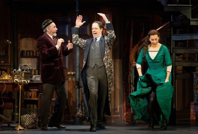 """Kevin Pariso interpreta al coronel Pickering, laird McIntosh interpreta al profesor Henry Higgins y Shireen Ahmed como Eliza Doolittle en la producción de la gira nacional del Lincoln Center Theatre de Lerner y Louise. """"Mi Bella Dama."""""""