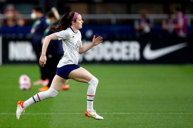 Amerykański pomocnik Rose Lavell (16) przygotowuje się przed pierwszą połową międzynarodowego meczu towarzyskiego pomiędzy Stanami Zjednoczonymi a Paragwajem na stadionie TQL na West Endzie.