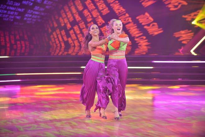 """Jenna Johnson et JoJo Siwa glissent sur la piste de danse sur """"DWTS."""""""