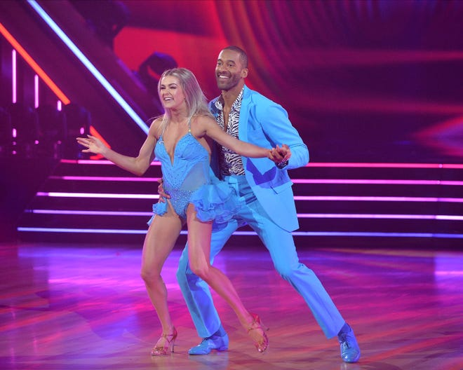 """Bachelier"" Matt James a dansé avec Lindsay Arnold."
