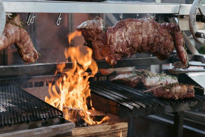 Las carnes se asan sobre un fuego de leña en el chef ejecutivo Guillermo P. Eleicegui, servidas por el chef mensual Parrilla con Amigos en el Hilton West Palm Beach.  El chef se inspira en su Argentina natal.