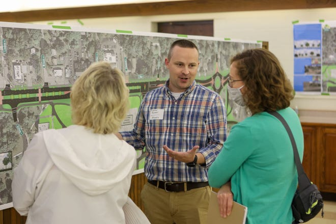 Andrew Farmer from Arcadis talks with Kent residents Phyllis Spangler and Esther Thatcher about the East Main Street Project at Tuesday night's forum.