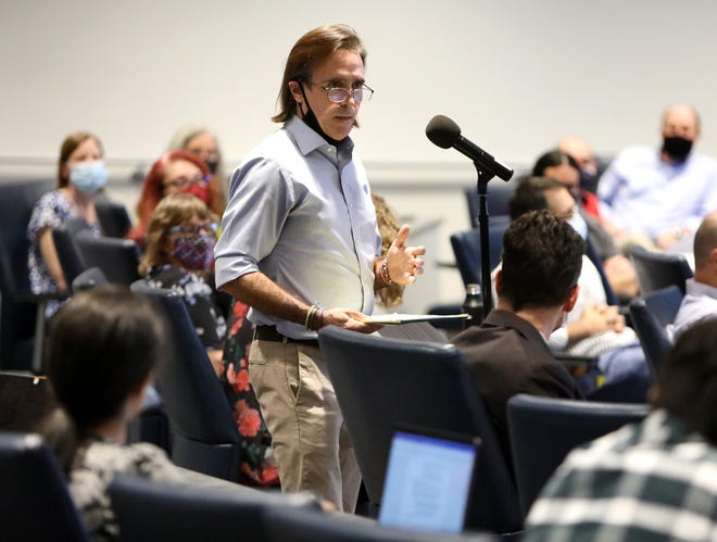 UF Senate Faculty member Tim Murtha expresses his lack of confidence in the university's COVID-19 policies during the senate s monthly meeting Thursday at the Reitz Union.