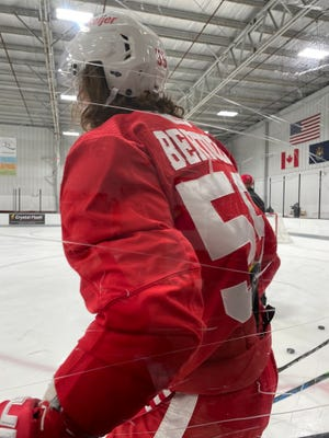 Tiền đạo Tyler Bertozzi của Detroit Red Wings vào ngày 23 tháng 9 năm 2021.