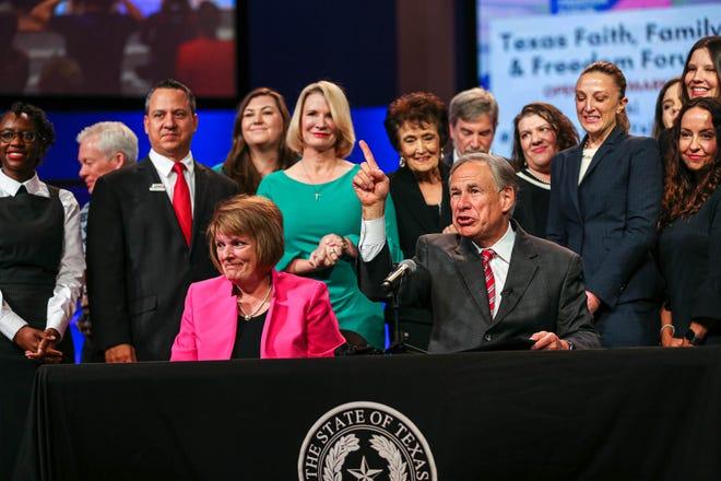 """Thống đốc Texas Greg Abbott đã có bài phát biểu quan trọng tại diễn đàn chính sách Giá trị Texas tại Nhà thờ Baptist Great Hills ở Austin, Texas vào ngày 24 tháng 9 năm 2021. Là một phần của bài phát biểu, Thống đốc Abbott đã ký Dự luật Thượng viện 4 thành luật trước đám đông. , cấm """"phá thai qua đường bưu điện"""", như thuốc đặt qua đường bưu điện và ngăn các bác sĩ kê đơn thuốc phá thai cho phụ nữ mang thai trên bảy tuần."""