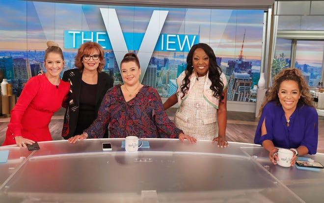 """Từ trái, """"Nhìn thấy"""" Jones sẽ tổ chức lại chương trình trò chuyện vào ngày 10 tháng 9 năm 2021 như một phần của lễ kỷ niệm Phần 25 của chương trình với Sarah Hines, Joy Behar, Ana Navarro (người đóng góp), cựu người dẫn chương trình Star Jones và Sunny Hostin."""