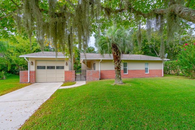 Enjoy boating, paddle boarding, kayaking or fishing from this saltwater-canal-front home, which is just minutes away from the Intracoastal Waterway in Palm Coast.
