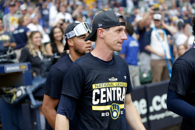 MILWAUKEE, WISCONSIN - SEPTEMBER 26: Craig Counsell #30 of the Milwaukee Brewers celebrates winning the Central Division title after beating the New York Mets at American Family Field on September 26, 2021 in Milwaukee, Wisconsin. (Photo by John Fisher/Getty Images)