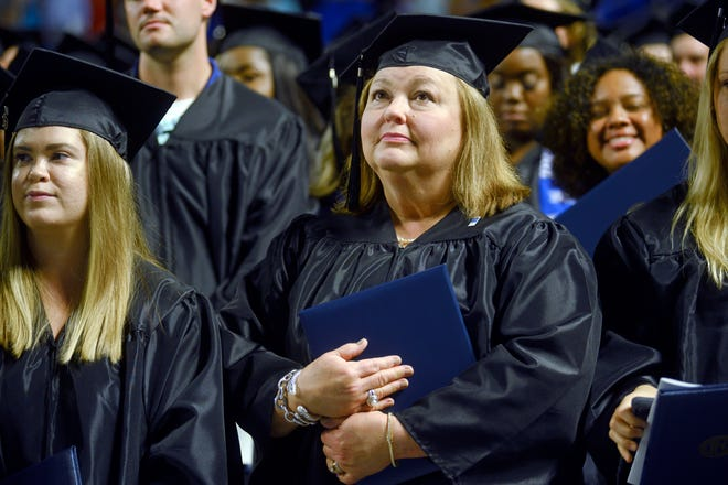 Sinh viên tại trường Đại học Middle Tennessee State gần đây bắt đầu nhập học.  Chính phủ liên bang đang chuẩn bị để tha thứ cho các khoản vay sinh viên của nhiều người vay hơn đang làm việc trong các công việc dịch vụ công như giảng dạy.