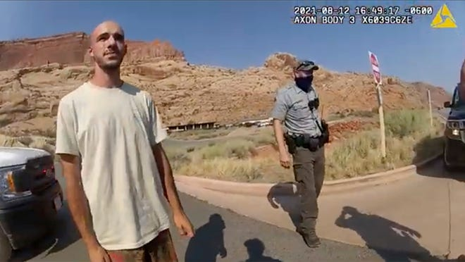 """Ngày 12 tháng 8 năm 2021, hình ảnh từ video do Sở cảnh sát Moab cung cấp cho thấy Brian Laundrie nói chuyện với một cảnh sát sau khi cảnh sát chặn chiếc xe tải mà anh ta đang đi cùng bạn gái, Gabrielle """"Gabby"""" Petito, gần lối vào Công viên Quốc gia Arches."""