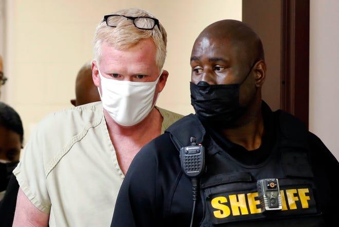 Alex Murdaugh bước vào phiên điều trần trái phiếu của mình vào thứ Năm, ngày 16 tháng 9 năm 2021, tại Varnville, SC Sáu cuộc điều tra đang được tiến hành, về vụ giết vợ và con trai ngày 7 tháng 6, cáo buộc đánh cắp tiền, tuyên bố che đậy và vụ nổ súng vào ngày 4 tháng 9 mà một viên đạn sượt qua đầu Murdaugh trên đường cao tốc vắng vẻ.  Cảnh sát cho biết anh ta đã cố gắng thu xếp cái chết của chính mình và đảm bảo rằng hợp đồng bảo hiểm nhân thọ trị giá 10 triệu đô la sẽ trả hết cho đứa con trai còn sống của anh ta.  (Ảnh AP / Mic Smith)