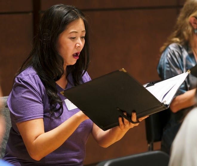 """Ling-Chu Lin ensayará con Canterbury Voices en la Universidad de Oklahoma City el lunes 27 de septiembre de 2021. Lin, un nativo de Taiwán que ha estado en Canterbury Voices durante una década, ayuda al coro a aprender chino mandarín. """"Canta a Dios con gozo"""" Una obra coral políglota del compositor Dan Forrest.  Canterbury Voice actuará """"Canta a Dios con gozo"""" En concierto el 10 de octubre en el Civic Center."""