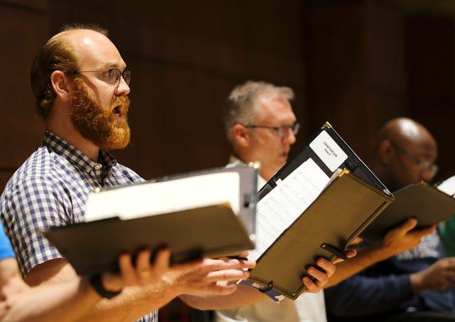 """Trenes del cantante Chad Taylor """"Canta a Dios con gozo"""" Trabajo coral del compositor Dan Forrest, con Canterbury Voices en la Universidad de Oklahoma City el lunes 27 de septiembre de 2021."""