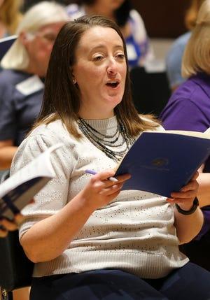 """La cantante Sarah Bedi ensayando """"Canta a Dios con gozo"""" Trabajo coral del compositor Dan Forrest, con Canterbury Voices en la Universidad de Oklahoma City el lunes 27 de septiembre de 2021."""