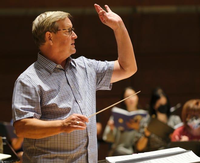 """Randy von Ellefson, director artístico de Canterbury Voices, dirige el coro durante el ensayo de """"Canta a Dios con gozo"""" Trabajo coral para el compositor Dan Forrest, en la Universidad de Oklahoma City el lunes 27 de septiembre de 2021."""
