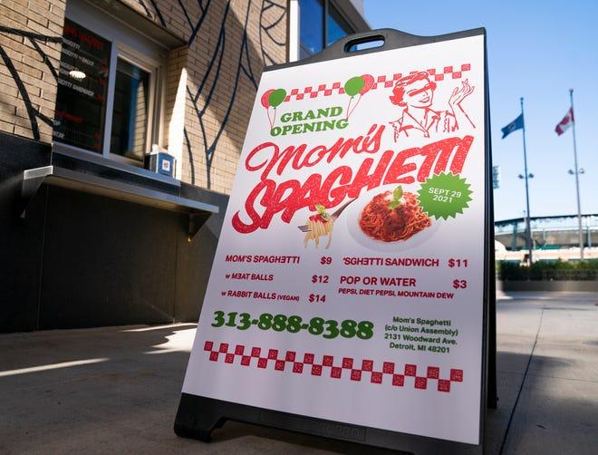 La ventana sin ascensor y un letrero que anuncia la apertura del restaurante Mom's Spaghetti en Detroit el 29 de septiembre de 2021.