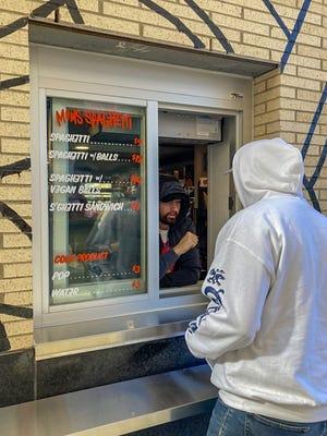 Eminem saluda a un cliente en la ventana Mom's Spaghetti el miércoles 29 de septiembre de 2021.