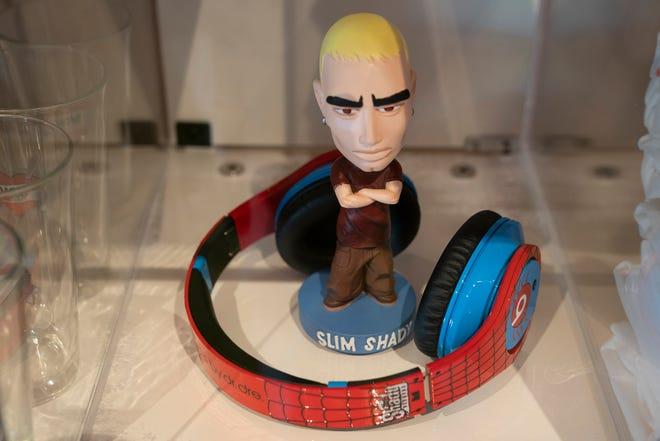 El tráiler, sobre el restaurante Mom's Spaghetti en Detroit, saldrá a la venta para el restaurante y los productos de Eminem el 29 de septiembre de 2021.