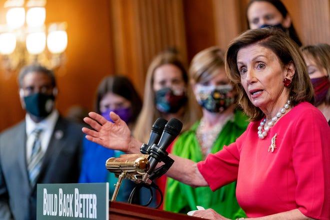 """Chủ tịch Hạ viện Nancy Pelosi, D-Calif., Cùng với các đảng viên Dân chủ Hạ viện và các nhà hoạt động khí hậu khác, tạm dừng khi phát biểu về kế hoạch """"Xây dựng trở lại tốt hơn về khí hậu"""" của họ trên Đồi Capitol ở Washington vào ngày 28 tháng 9 năm 2021."""