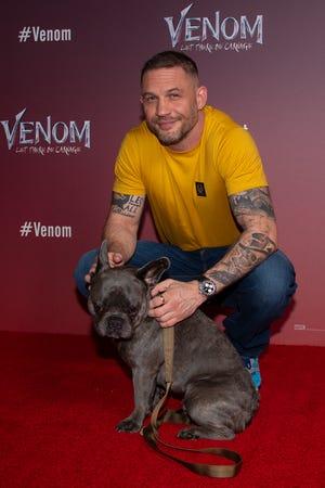 """Tom Hardy đã đưa bố của anh ấy là Blue đến một cuộc gọi ảnh ở London cho """"Venom: Let There Be Carnage"""" vào ngày 14 tháng 9 năm 2021."""
