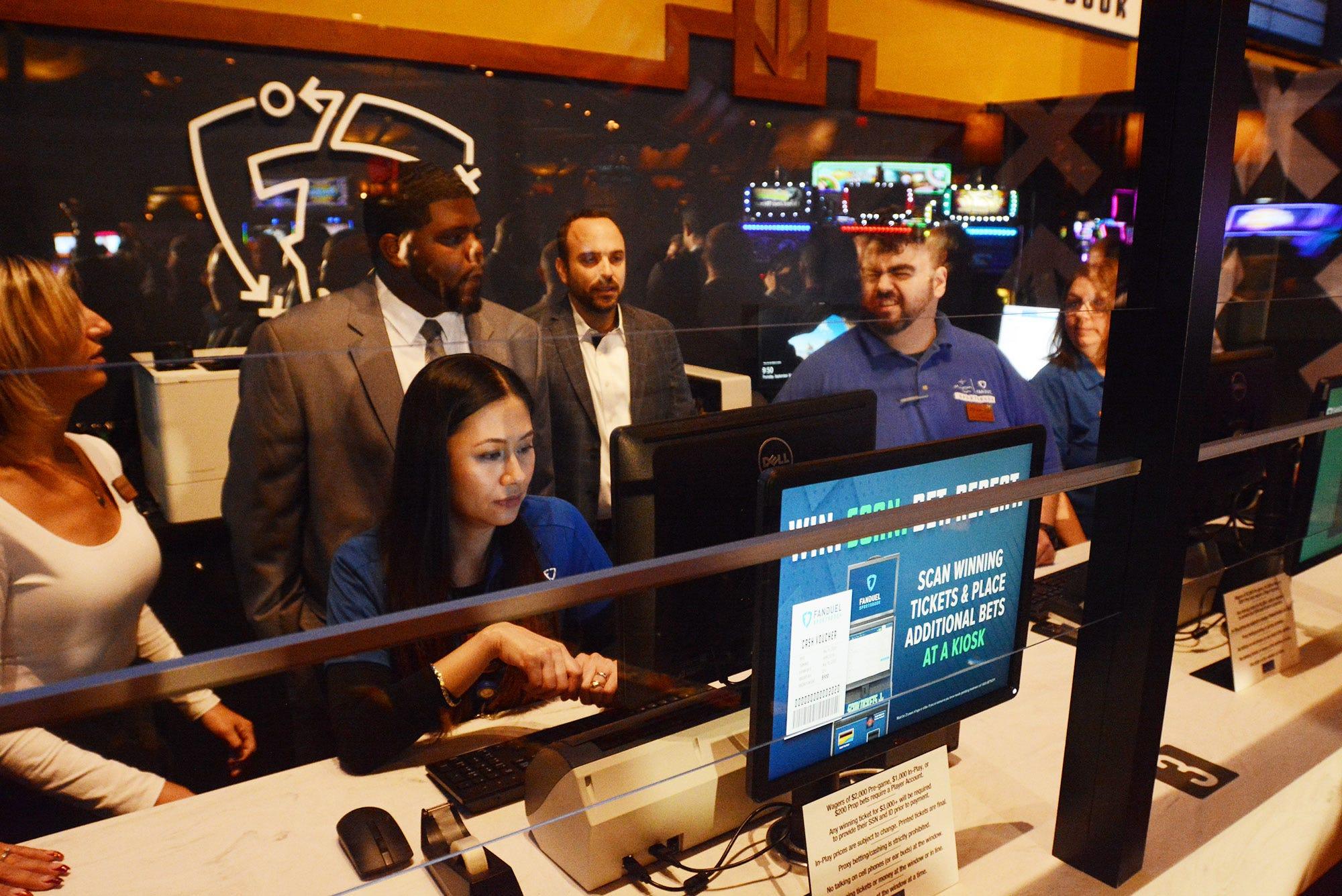 Sports betting begins at Mohegan Sun Casino