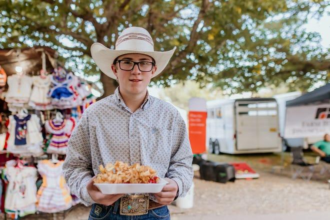 JD Kersey, 29 Eylül 2021 Çarşamba günü Dona Ana County'deki Güney New Mexico Eyalet Fuarı ve Rodeo'da yemek yemenin tadını çıkarıyor.