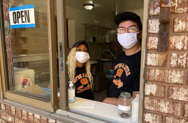 Ashley Bruce, a sinistra, e Matthew Diaz alla finestra di servizio a Stevenson Street Pretzels & Italian Ice martedì 28 settembre 2021, a Freeport.