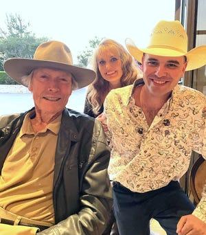"""El actor y director Clint Eastwood con Tessa y Will Bannister.  Will Bannister, de Portales, Nuevo México, canta la canción de apertura de la película de Eastwood. """"llanto machista."""""""