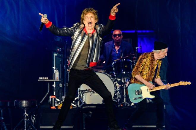 """Mick Jagger, từ trái, Steve Jordan và Keith Richards của Rolling Stones biểu diễn trong """"Không có bộ lọc"""" lưu diễn tại The Dome at America Centre, Chủ nhật, ngày 26 tháng 9 năm 2021, ở St. Louis.  ("""