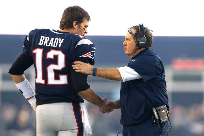 Tom Brady và huấn luyện viên trưởng Bill Belichick của New England Patriots bắt tay khi bắt đầu Trận đấu loại trực tiếp AFC Divisional Playoff với Kansas City Chiefs tại Sân vận động Gillette vào ngày 16 tháng 1 năm 2016 ở Foxboro, Massachusetts.