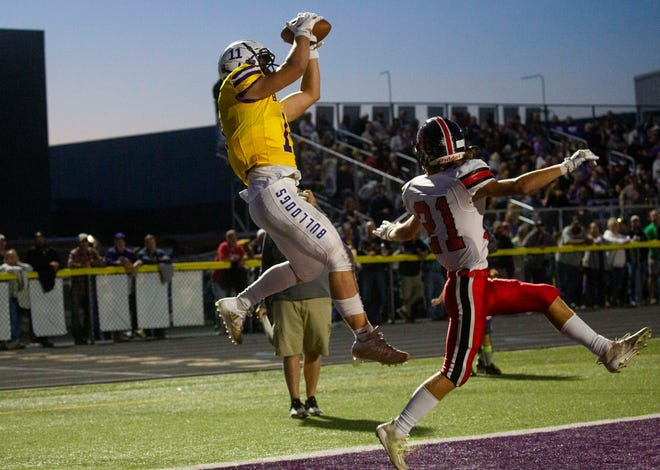 Bloom-Carroll's Andrew Marshall (11) pulls in a leaping catch for the touchdown over Fairfield Union's Trace Pennell (21) as Bloom-Carroll hosted Fairfield Union in boys football at Bloom-Carroll High School in Carroll, Ohio on October 1, 2021.