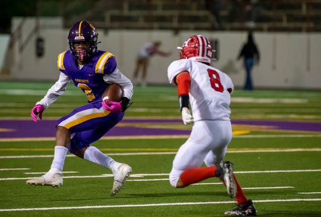 Nyziah Hunter (3) jukes a defender during the Salinas High School varsity football game against the San Benito High School Haybalers at the Pit in Salinas, Calif., on Thursday, Sept. 30, 2021.