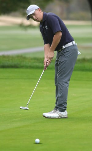 """Hudson's Ryan """"Coop"""" Pamer sinks his putt on the number 12 green during the Boys Division I Sectionals on Monday, Oct. 4, 2021 in Ravenna, Ohio, at Windmill Lakes Golf Course.  [Phil Masturzo/ Beacon Journal]"""