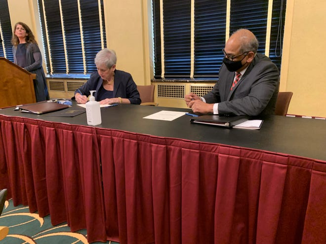 Ohio Supreme Court Chief Justice Maureen O'Connor and University of Cincinnati President Neville Pinto sign a ceremonial agreement marking the next phase of a criminal sentencing data project. Once widely deployed, a new tool will allow comparisons of how similar defendants were sentenced across Ohio.
