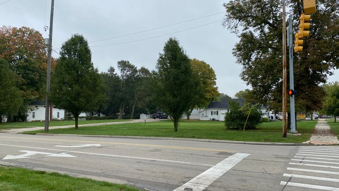 The city of Tecumseh is selling the lots it owns at 102 and 108 N. Maumee St. to a developer that is planning to build a Hungry Howie's Pizza restaurant.