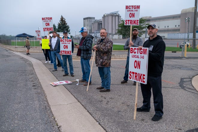 Members of BCTGM Local 3G union strike against Kellogg Co., Tuesday, Oct. 5, 2021, outside the Kellogg plant on Porter Street in Battle Creek.