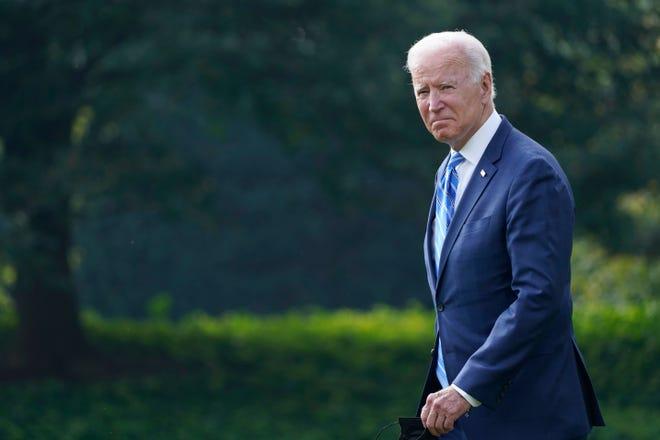 Tổng thống Joe Biden đi bộ từ Phòng Bầu dục đến Marine One trên Bãi cỏ phía Nam của Nhà Trắng ở Washington, Thứ Ba, ngày 5 tháng 10 năm 2021, khi ông chuẩn bị lên đường tới Michigan để nói về cơ sở hạ tầng.  (Ảnh AP / Susan Walsh) ORG XMIT: DCSW109