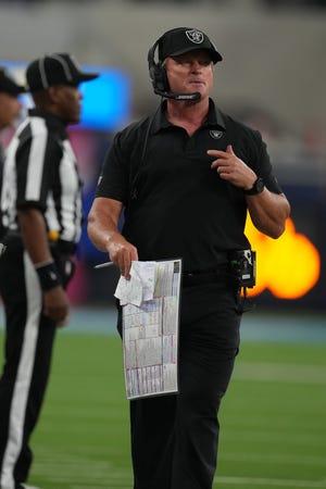 Huấn luyện viên trưởng Jon Gruden của Las Vegas Raiders sẽ xem xét trong hiệp hai trận đấu với Los Angeles Chargers vào ngày 4 tháng 10 năm 2021.