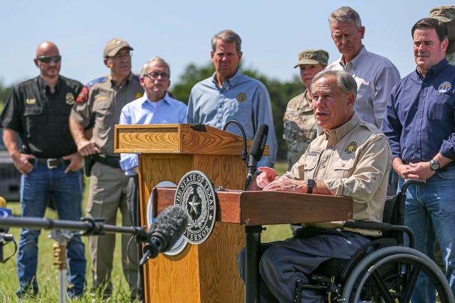 Thống đốc Texas Greg Abbott, được sự ủng hộ của các thống đốc bang khác của Đảng Cộng hòa, các nhà lãnh đạo quân sự và các nhân viên thực thi pháp luật, phát biểu tại một cuộc họp báo về biên giới phía nam của Hoa Kỳ ở Mission, Texas vào ngày 6 tháng 10 năm 2021 để nói về những gì ông mô tả là tiếp tục khủng hoảng ở biên giới.