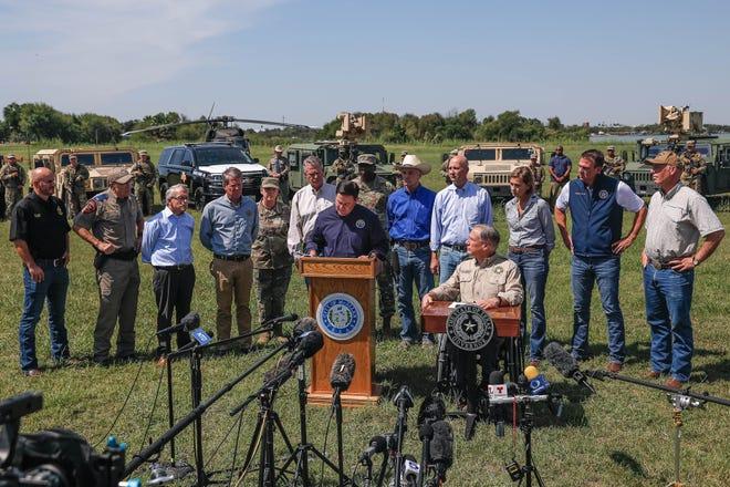 Thống đốc Texas Greg Abbott, bên phải và Thống đốc bang Arizona Doug Ducey, bên trái, được sự ủng hộ của các Thống đốc Đảng Cộng hòa khác, các nhà lãnh đạo quân sự và các nhân viên thực thi pháp luật, phát biểu tại một cuộc họp báo về biên giới phía nam của Hoa Kỳ ở Mission, Texas vào ngày 6 tháng 10, 2021 để phát biểu về việc Chính quyền Biden thiếu hành động về những gì họ mô tả là cuộc khủng hoảng tiếp tục ở biên giới.
