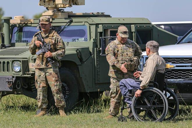 Thống đốc Texas Greg Abbott chào mừng một thành viên Vệ binh Quốc gia Texas trước cuộc họp báo về biên giới phía nam của Hoa Kỳ tại Mission, Texas vào ngày 6 tháng 10 năm 2021.