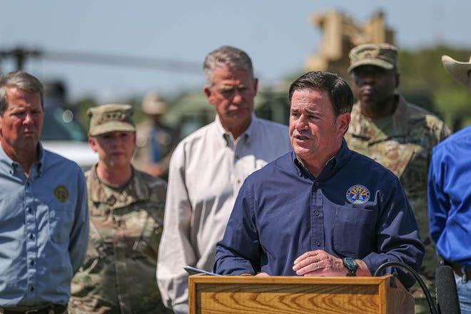 Thống đốc Arizona Doug Ducey tham gia cùng các thống đốc Đảng Cộng hòa, các nhà lãnh đạo quân sự và các nhân viên thực thi pháp luật tại một cuộc họp báo về biên giới Texas-Mexico ở Mission, Texas vào ngày 6 tháng 10 năm 2021 để phát biểu về việc Chính quyền Biden thiếu hành động đối với sự thiếu sót của Chính quyền Biden hành động đối với những gì họ mô tả là cuộc khủng hoảng tiếp diễn ở biên giới.