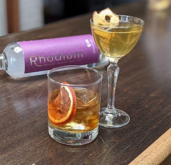 Rhode Island Spirits en Pawtucket ofrece un Pumpkin Spice Old Fashioned con Rhodium Gin.  También en la imagen está el alto Apple Maple Martini.