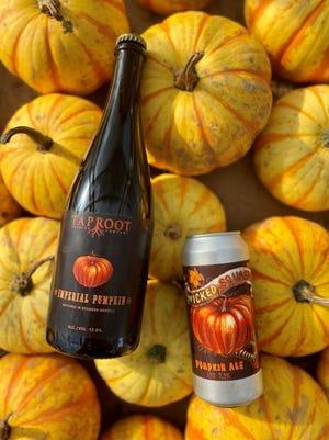 Imperial Pumpkin y Pumpkin Ale de Taproot Brewing.  Estas cervezas se hacen con calabazas en su jardín cultivado en la finca.