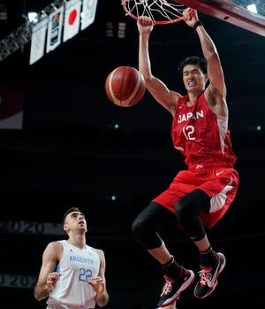 Ο Ιάπωνας Γιούτα Βατανάμπε (12) σκοτώνει για να σκοράρει εναντίον του Αργεντινού Χουάν Πάμπλο Φόλετ (22) κατά τη διάρκεια του προκριματικού γύρου μπάσκετ ανδρών στους Θερινούς Ολυμπιακούς Αγώνες 2020, Κυριακή 1 Αυγούστου 2021, στο Σαϊτάμα της Ιαπωνίας.  (AP Photo/Charlie Neibergall)